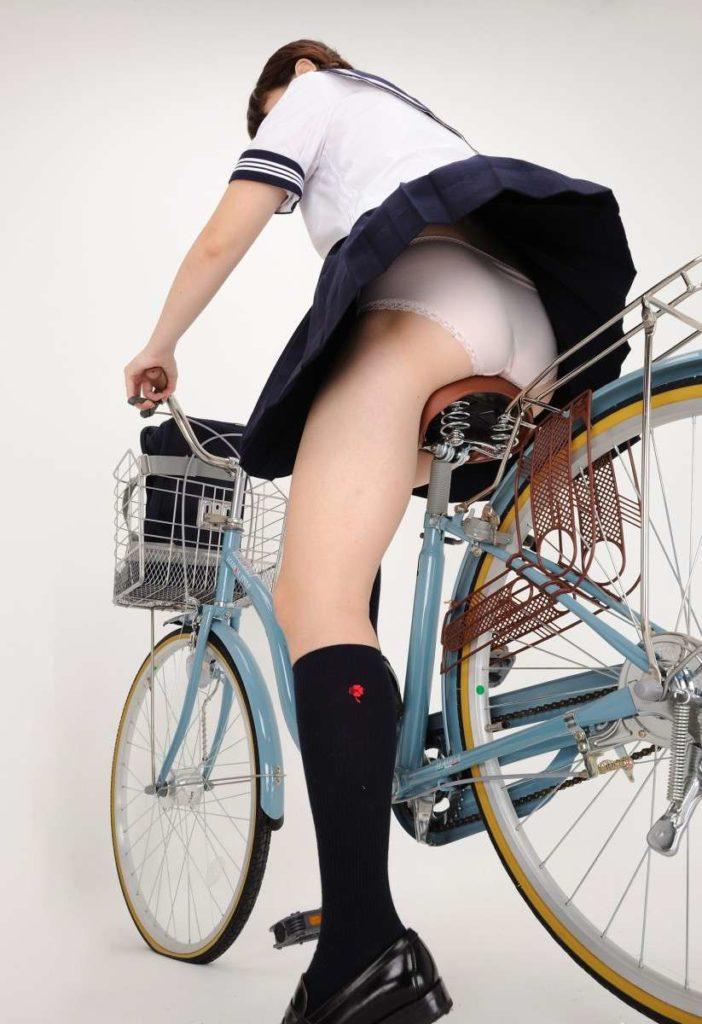 【パンチラ】JKまんさん、自転車にまたがり下アングルから撮影されてしまう・・・・12枚目