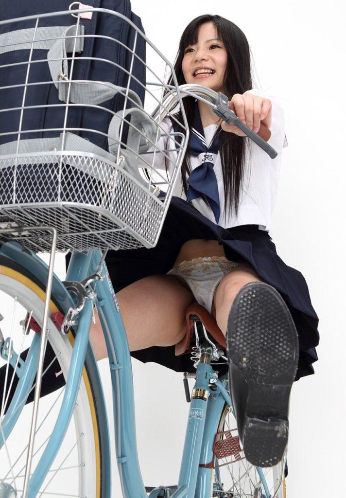 【パンチラ】JKまんさん、自転車にまたがり下アングルから撮影されてしまう・・・・14枚目