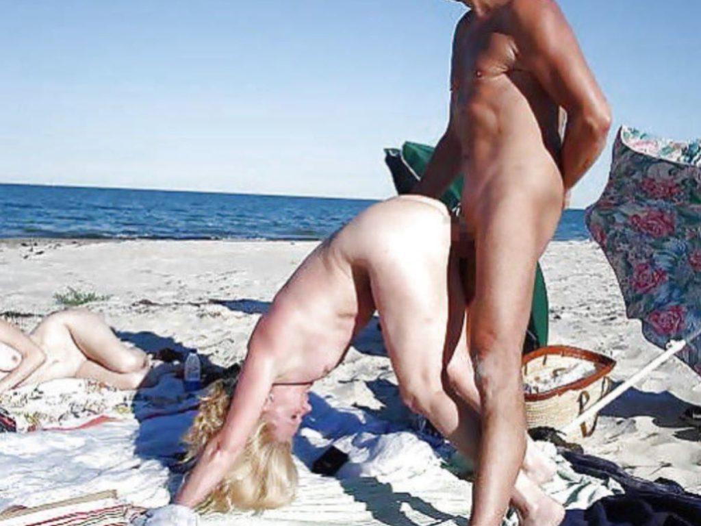 """""""ヌーディストビーチ""""にいる女の神経の図太さをご覧くださいwwww(102枚)・38枚目"""