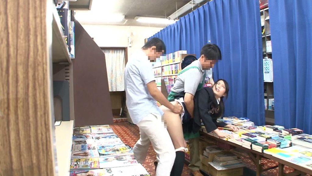 【エロ画像】本屋でJKにワイセツしてる奴が撮影される・・・日本どうなってんねん。・16枚目