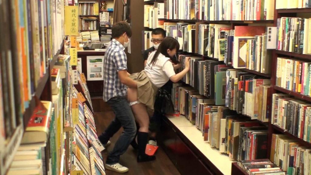 【エロ画像】本屋でJKにワイセツしてる奴が撮影される・・・日本どうなってんねん。・17枚目