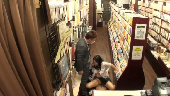 【エロ画像】本屋でJKにワイセツしてる奴が撮影される・・・日本どうなってんねん。・18枚目