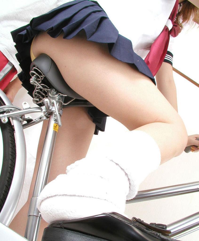【パンチラ】JKまんさん、自転車にまたがり下アングルから撮影されてしまう・・・・18枚目