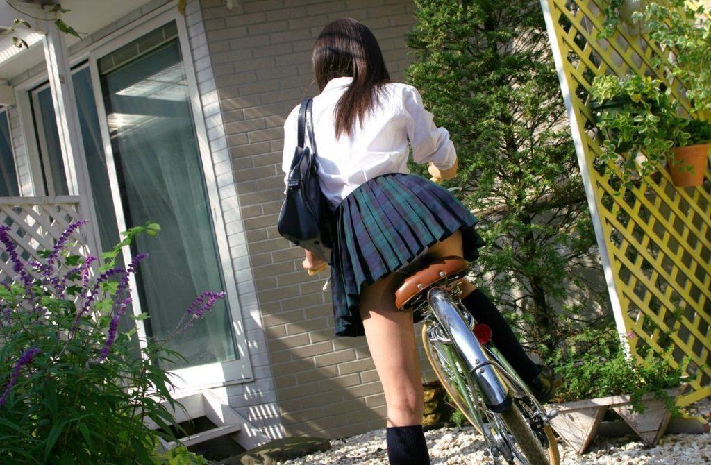 【パンチラ】JKまんさん、自転車にまたがり下アングルから撮影されてしまう・・・・20枚目