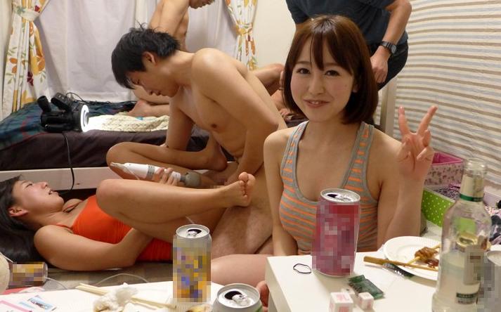 【エロ画像】自粛中のビッチ女子が「宅飲み」したらこうなる。。やっぱりねwwwww・20枚目