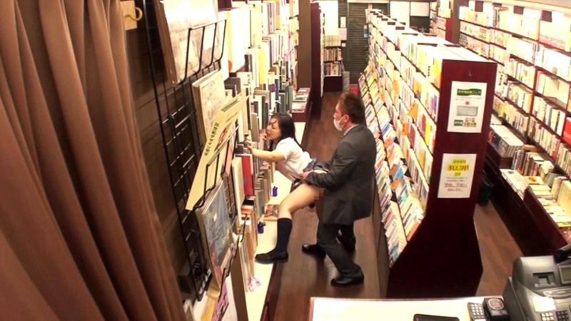 【エロ画像】本屋でJKにワイセツしてる奴が撮影される・・・日本どうなってんねん。・21枚目