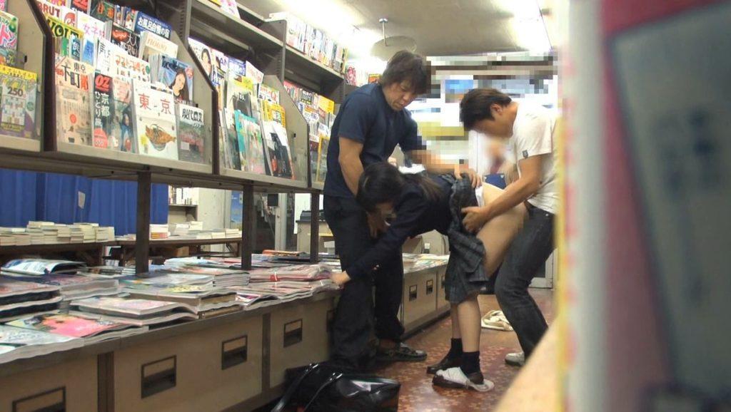 【エロ画像】本屋でJKにワイセツしてる奴が撮影される・・・日本どうなってんねん。・25枚目