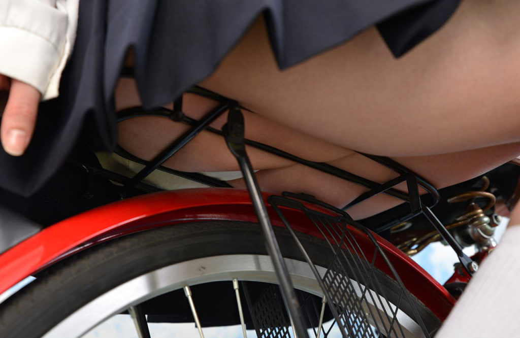 【パンチラ】JKまんさん、自転車にまたがり下アングルから撮影されてしまう・・・・25枚目