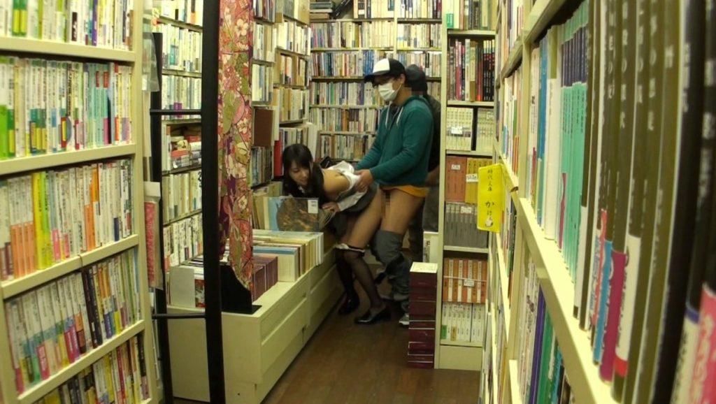 【エロ画像】本屋でJKにワイセツしてる奴が撮影される・・・日本どうなってんねん。・28枚目