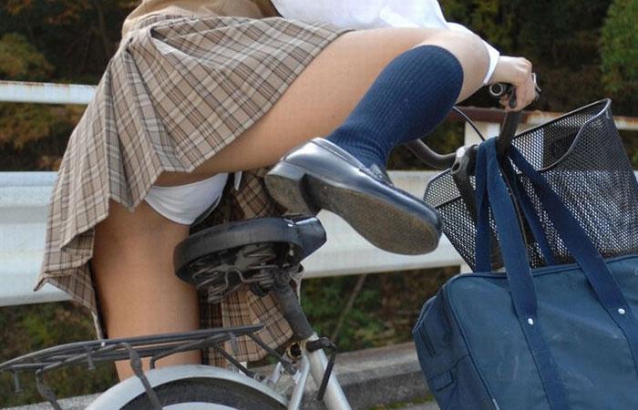 【パンチラ】JKまんさん、自転車にまたがり下アングルから撮影されてしまう・・・・31枚目