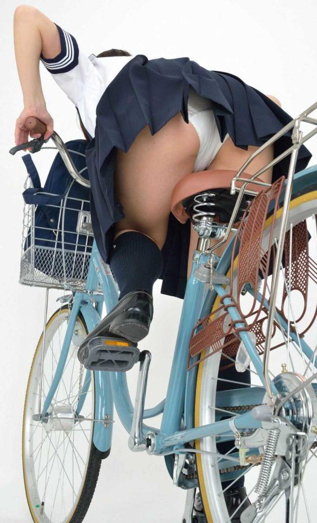 【パンチラ】JKまんさん、自転車にまたがり下アングルから撮影されてしまう・・・・32枚目