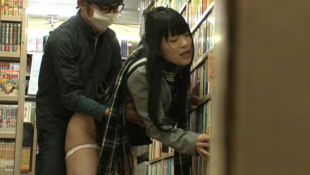 【エロ画像】本屋でJKにワイセツしてる奴が撮影される・・・日本どうなってんねん。・4枚目