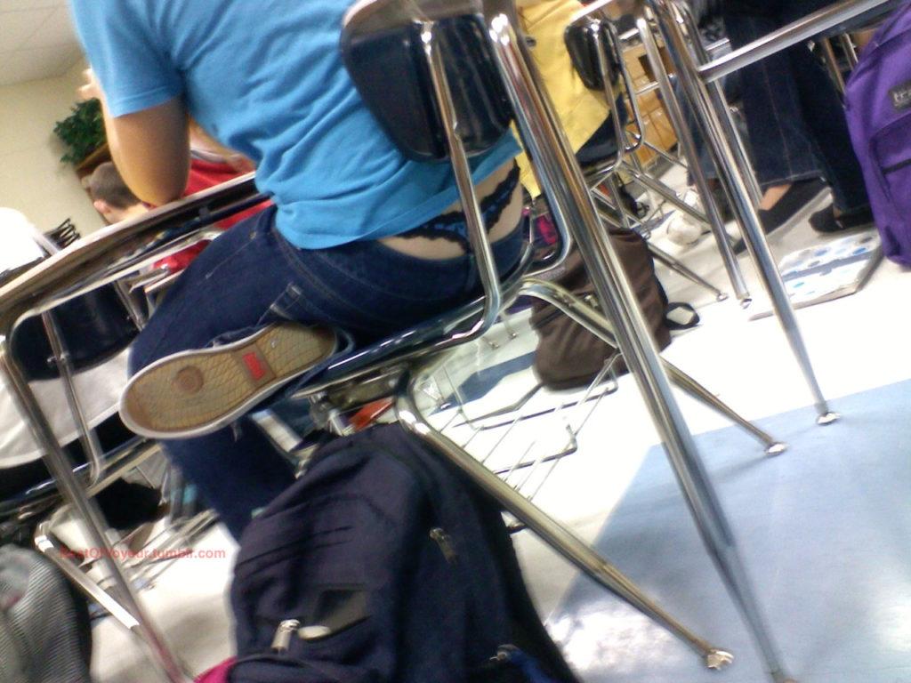 【盗撮】学校の教室でパンチラ撮りまくったマジキチが写真を晒すwwwwww・2枚目