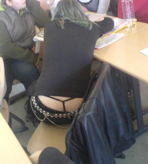 【盗撮】学校の教室でパンチラ撮りまくったマジキチが写真を晒すwwwwww・1枚目