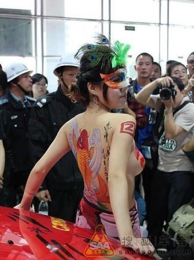【エロ画像】ストリップ劇場と化した中国のモーターショー。車はいらんwwwwww・5枚目