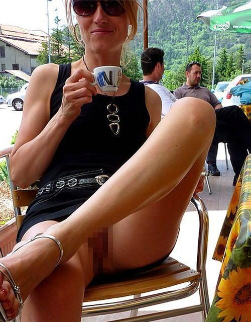 熟女さん、欲求不満から異常にマンコを見せたがる病気になってしまう。wwwwww(エロ画像)・1枚目