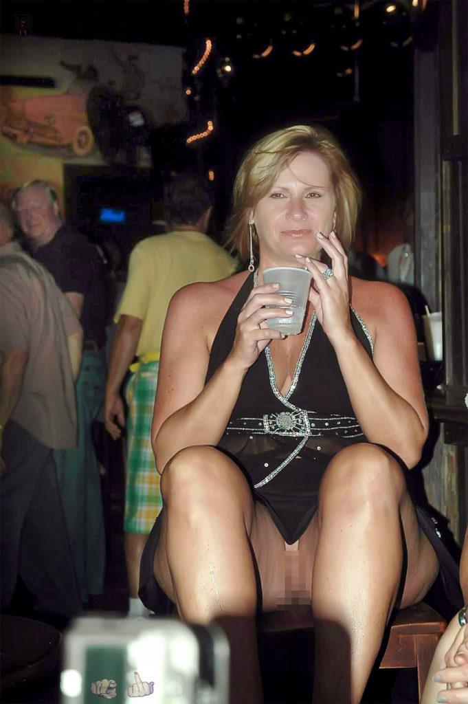 熟女さん、欲求不満から異常にマンコを見せたがる病気になってしまう。wwwwww(エロ画像)・9枚目