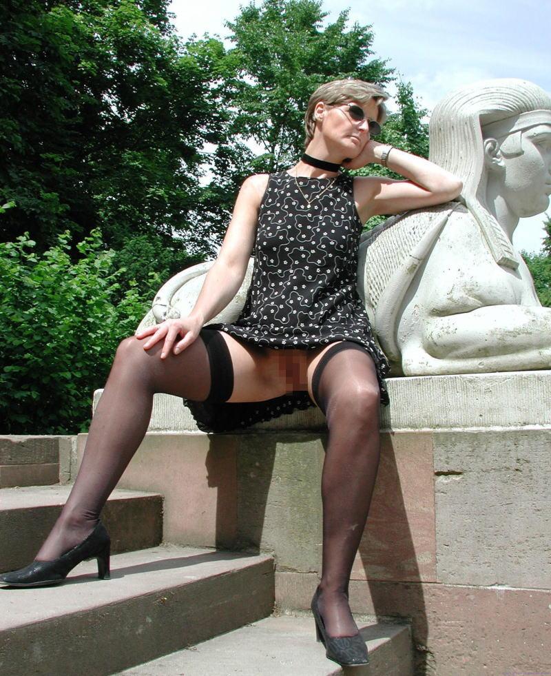 熟女さん、欲求不満から異常にマンコを見せたがる病気になってしまう。wwwwww(エロ画像)・16枚目