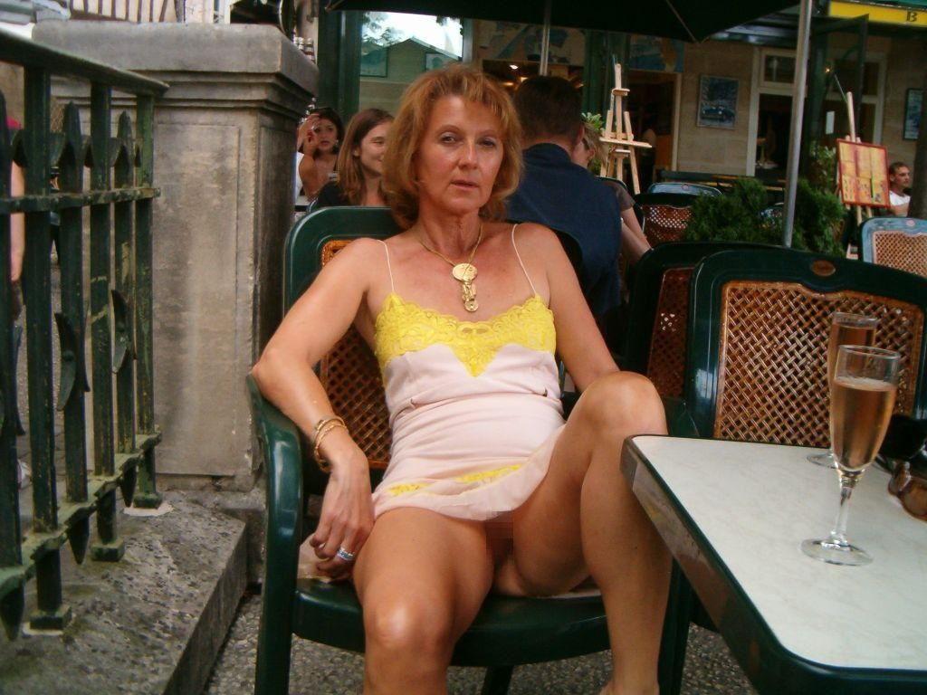 熟女さん、欲求不満から異常にマンコを見せたがる病気になってしまう。wwwwww(エロ画像)・21枚目