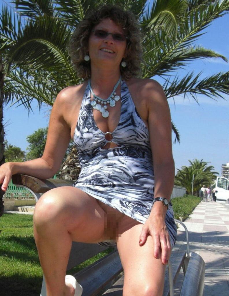 熟女さん、欲求不満から異常にマンコを見せたがる病気になってしまう。wwwwww(エロ画像)・2枚目