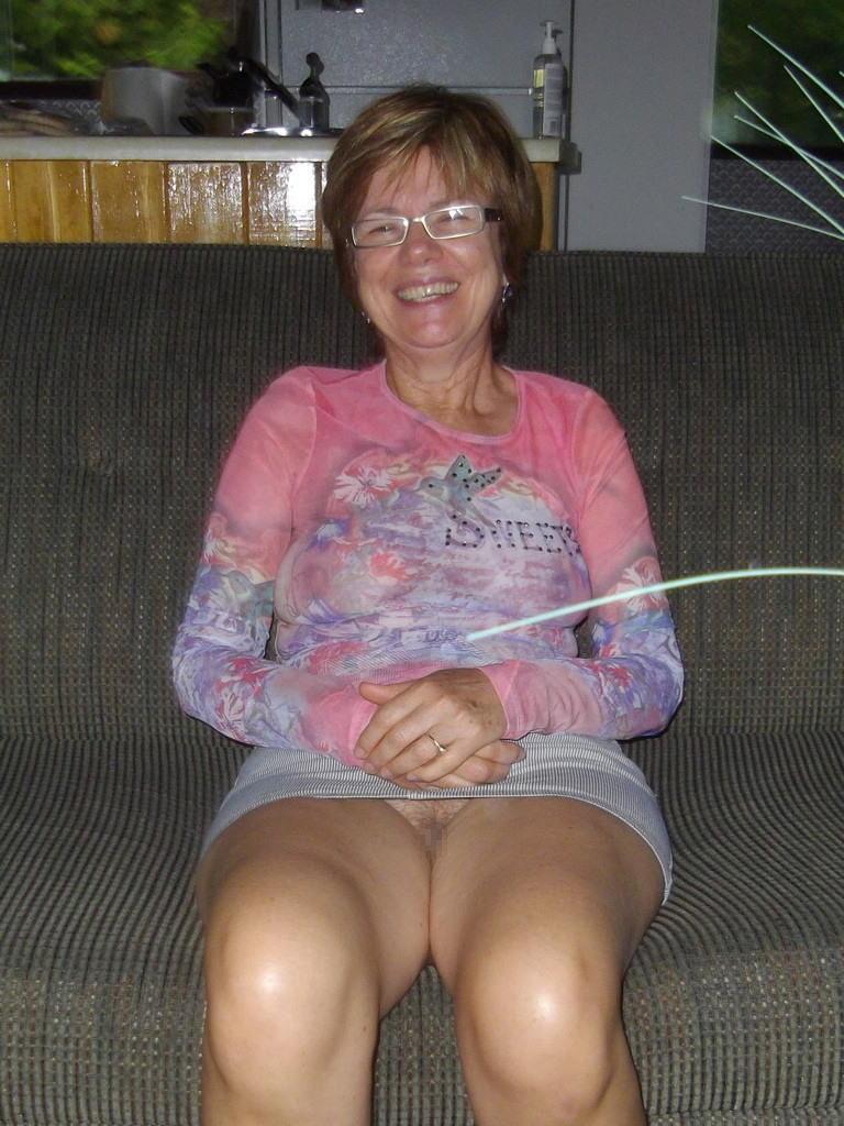 熟女さん、欲求不満から異常にマンコを見せたがる病気になってしまう。wwwwww(エロ画像)・8枚目