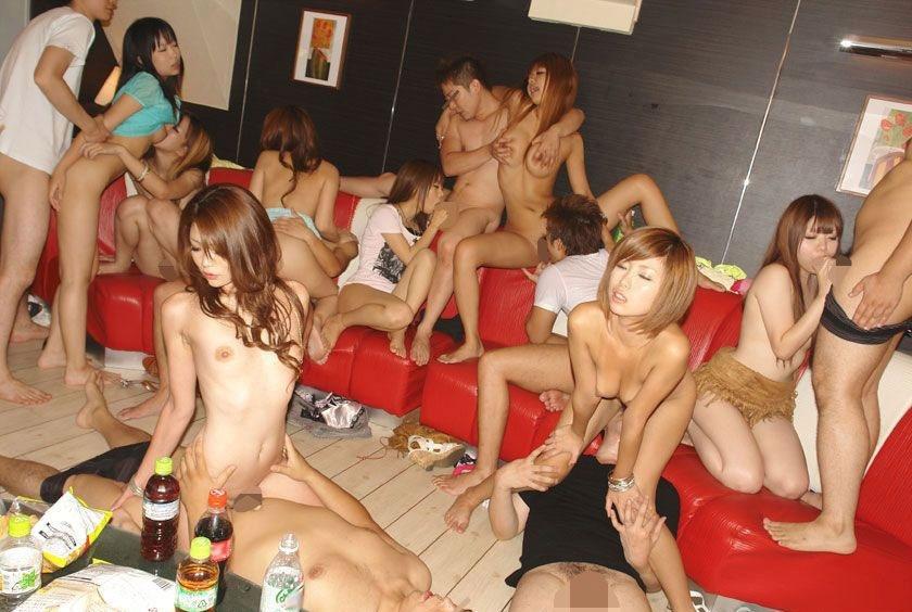 【エロ画像】自粛中のビッチ女子が「宅飲み」したらこうなる。。やっぱりねwwwww・6枚目