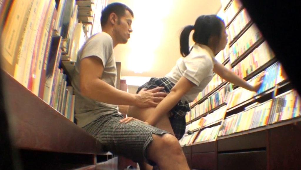 【エロ画像】本屋でJKにワイセツしてる奴が撮影される・・・日本どうなってんねん。・7枚目