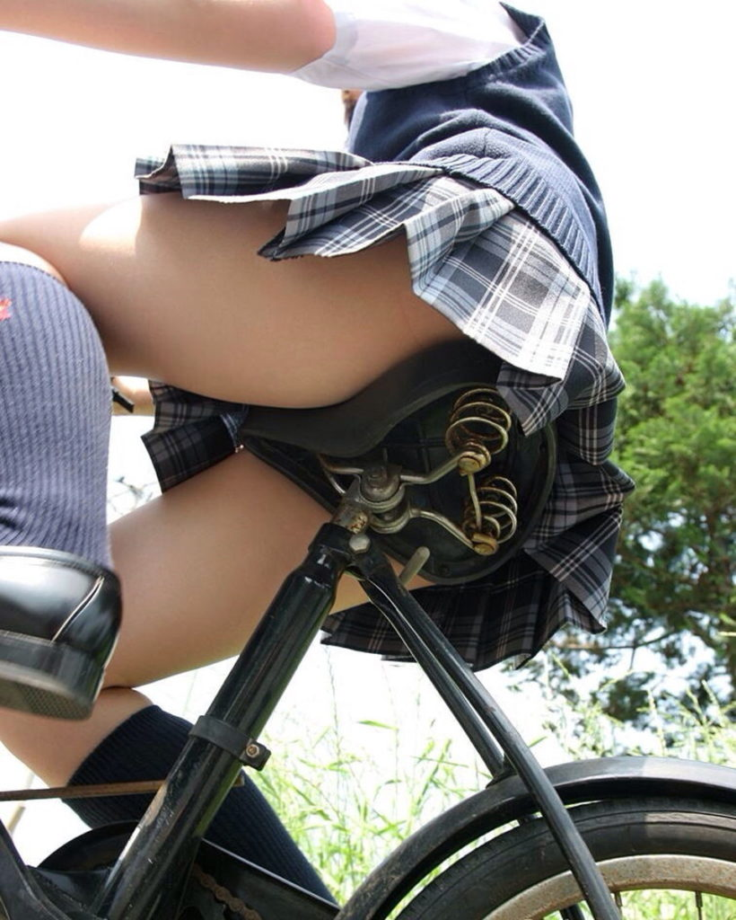 【パンチラ】JKまんさん、自転車にまたがり下アングルから撮影されてしまう・・・・8枚目