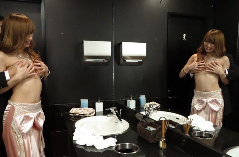 【キャバ嬢】売上の為にトイレで「枕営業」してる光景を撮影されるwwwwwww・1枚目
