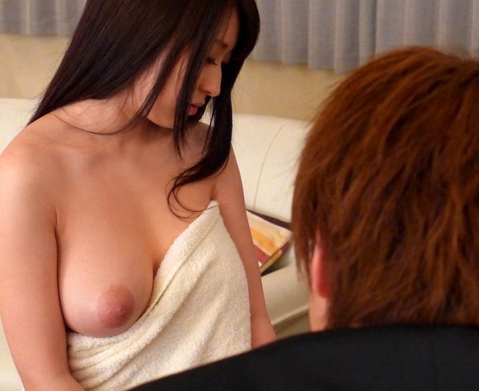 【人妻エロ】欲求不満の奥さんがチラチラ見せる神乳が勃起不可避ですwwwww・1枚目