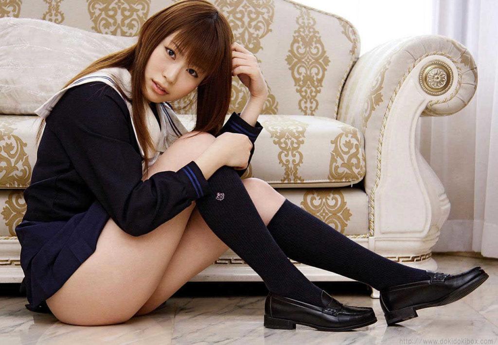 【JKエロ】制服女子のスカートから見える「太もも」がガチでたまらんwwwwww(エロ画像)・10枚目