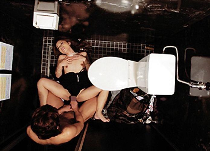 【キャバ嬢】売上の為にトイレで「枕営業」してる光景を撮影されるwwwwwww・11枚目