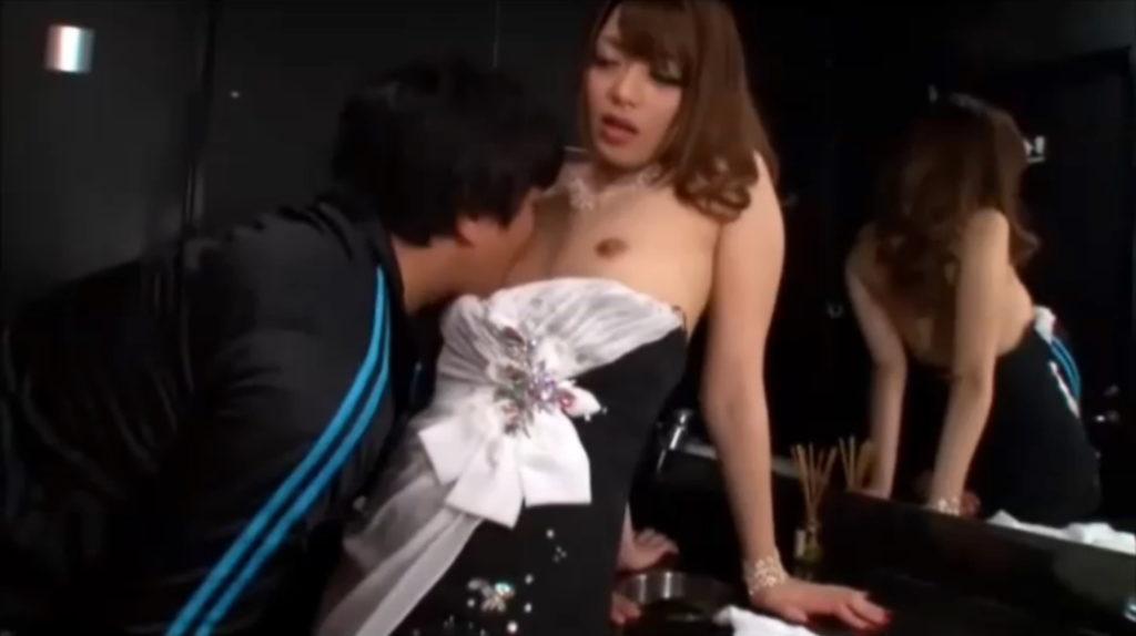 【キャバ嬢】売上の為にトイレで「枕営業」してる光景を撮影されるwwwwwww・12枚目