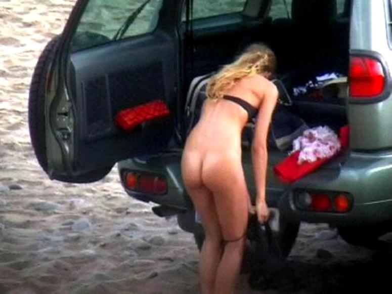 【ガチ盗撮】ビーチの近くで着替える女性たちが撮影され晒された・・・(25枚)・12枚目
