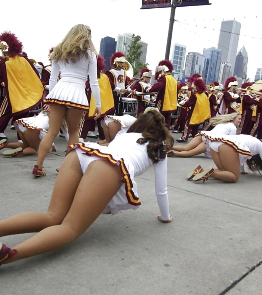 【チアリーダー】ミニスカのコスチュームでミニスカをチラチラさせる女の子たちwwwww(エロ画像)・13枚目