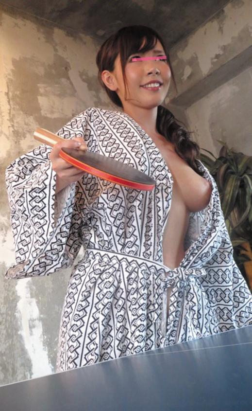 【人妻エロ】欲求不満の奥さんがチラチラ見せる神乳が勃起不可避ですwwwww・14枚目