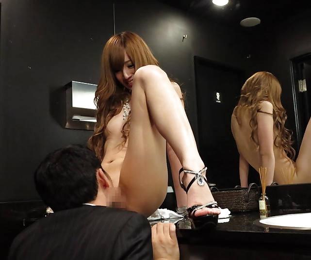 【キャバ嬢】売上の為にトイレで「枕営業」してる光景を撮影されるwwwwwww・16枚目