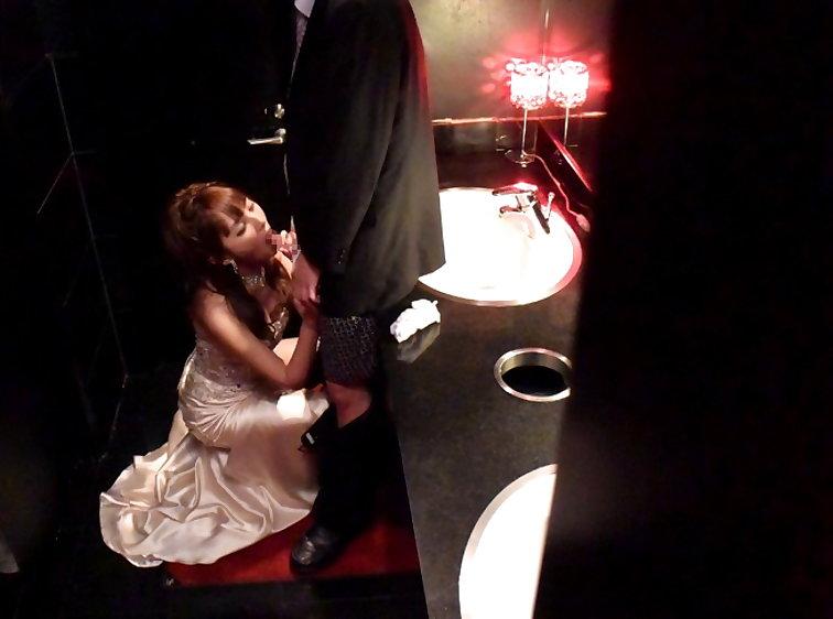 【キャバ嬢】売上の為にトイレで「枕営業」してる光景を撮影されるwwwwwww・17枚目