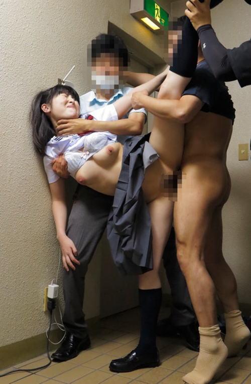 【JKレイプ】制服の女子学生を容赦なく犯すマジキチすぎるエロ画像まとめ。。・18枚目