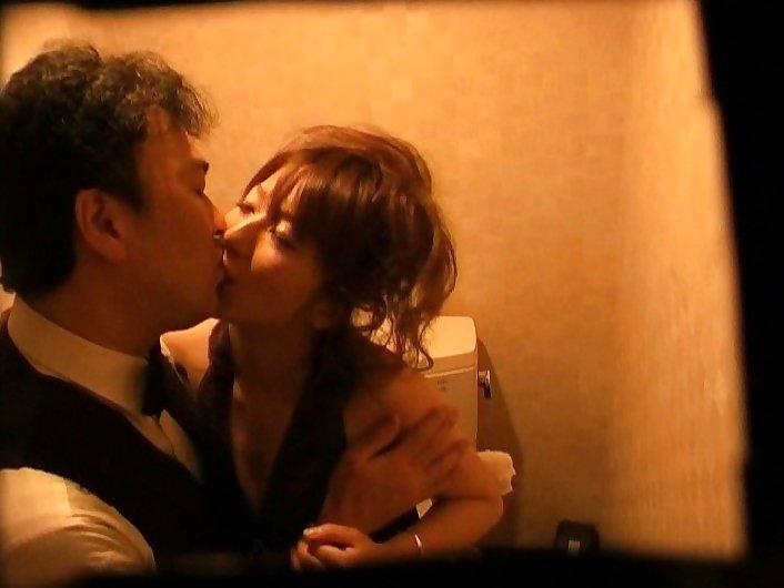 【キャバ嬢】売上の為にトイレで「枕営業」してる光景を撮影されるwwwwwww・18枚目