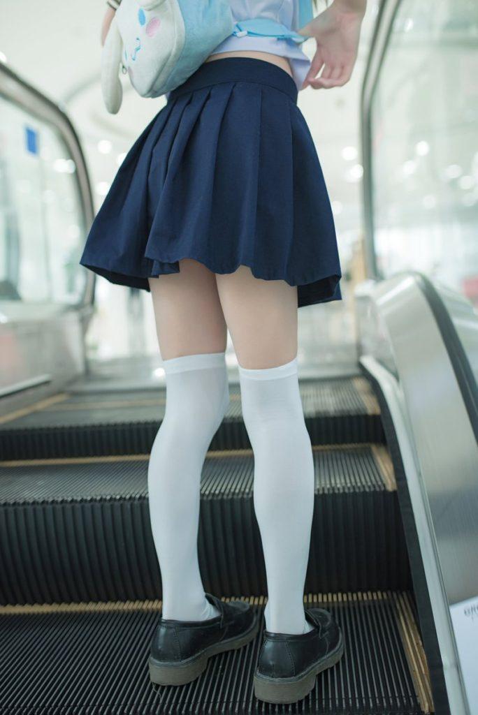 【JKエロ】制服女子のスカートから見える「太もも」がガチでたまらんwwwwww(エロ画像)・18枚目
