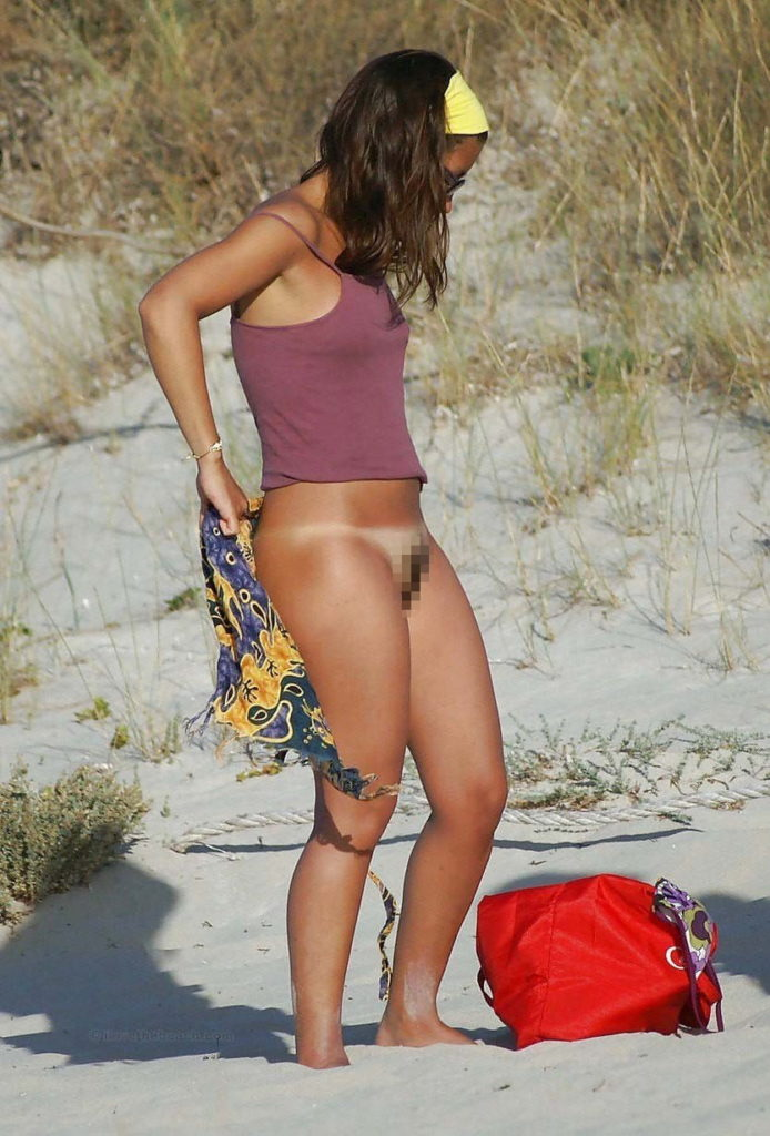【ガチ盗撮】ビーチの近くで着替える女性たちが撮影され晒された・・・(25枚)・19枚目