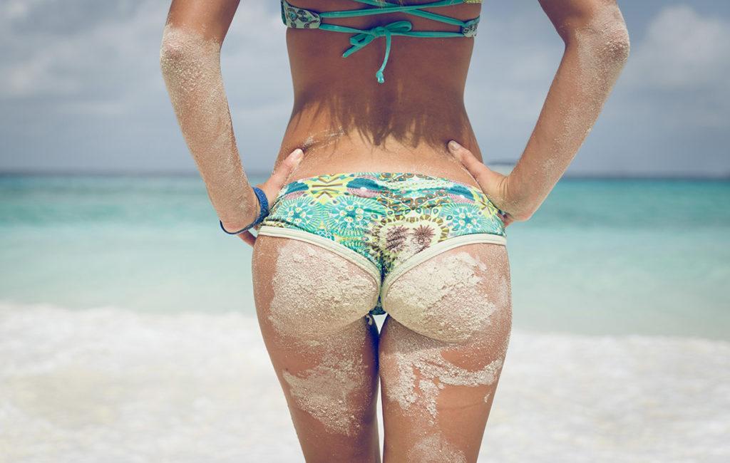 """【美尻】砂まみれの100点の""""お尻""""海をバックに撮影したら芸術やったわwwwwww・20枚目"""