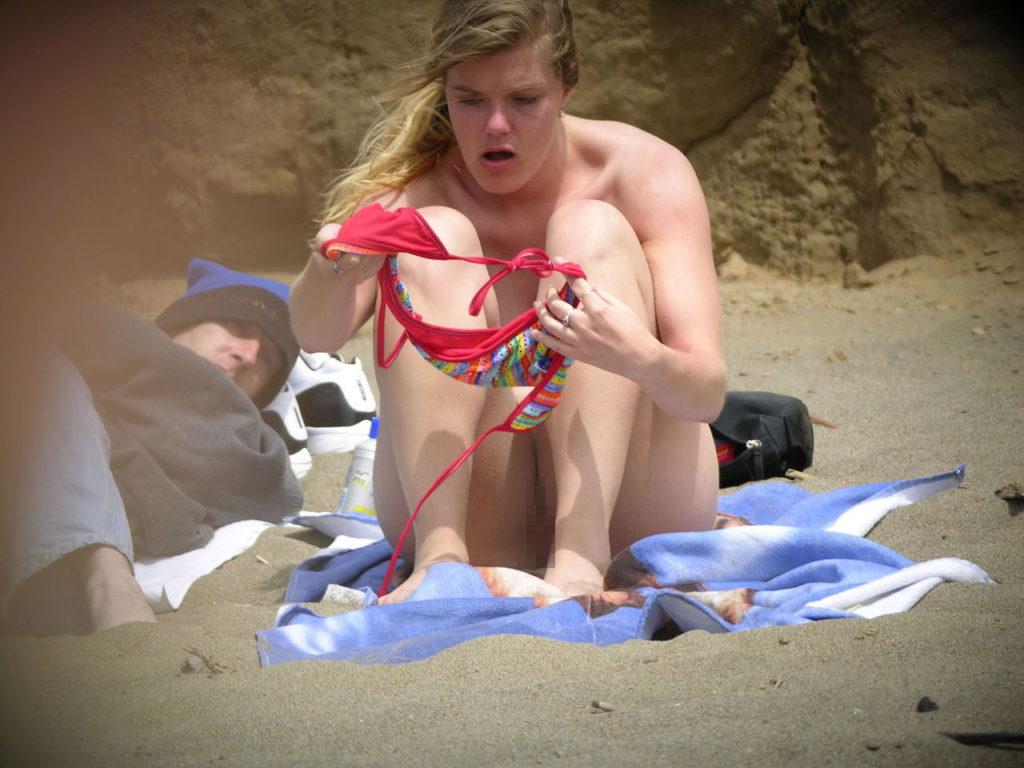 【ガチ盗撮】ビーチの近くで着替える女性たちが撮影され晒された・・・(25枚)・22枚目