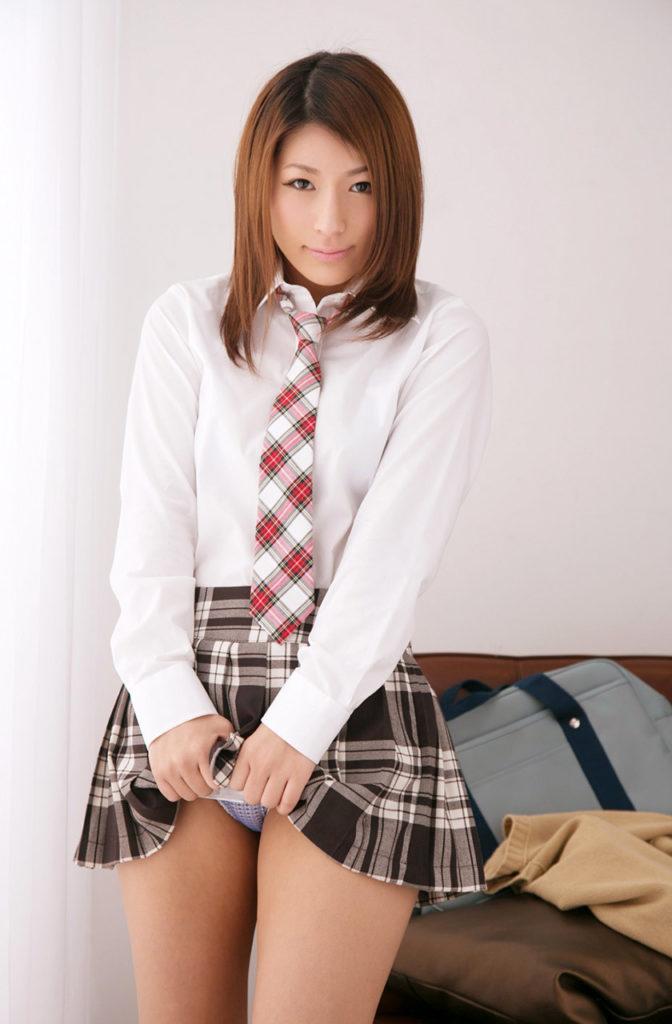 【JKエロ】制服女子のスカートから見える「太もも」がガチでたまらんwwwwww(エロ画像)・24枚目