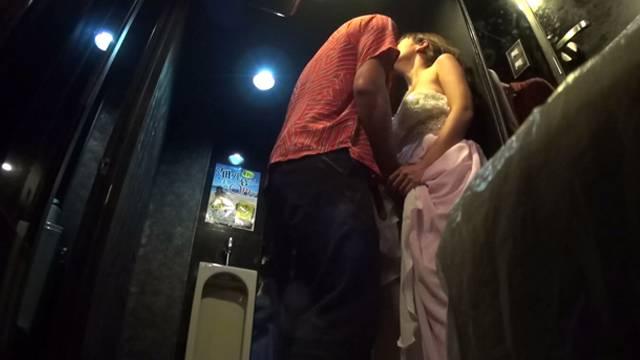 【キャバ嬢】売上の為にトイレで「枕営業」してる光景を撮影されるwwwwwww・30枚目