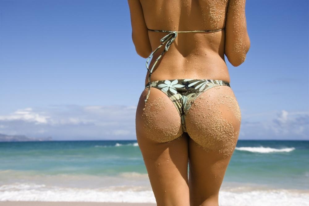 """【美尻】砂まみれの100点の""""お尻""""海をバックに撮影したら芸術やったわwwwwww・4枚目"""