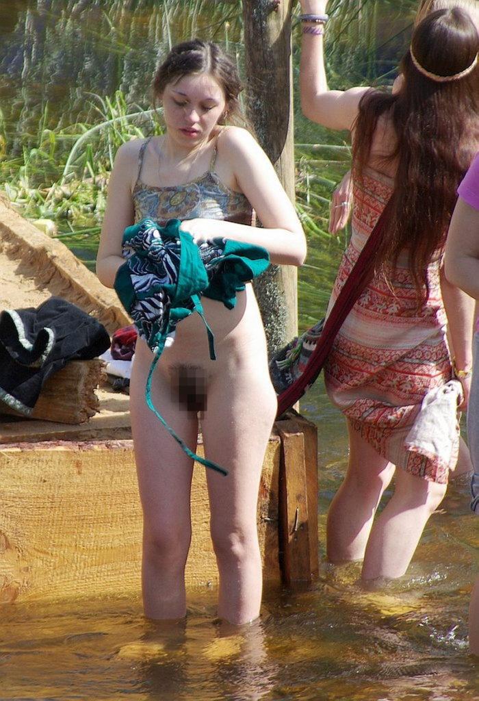 【ガチ盗撮】ビーチの近くで着替える女性たちが撮影され晒された・・・(25枚)・5枚目