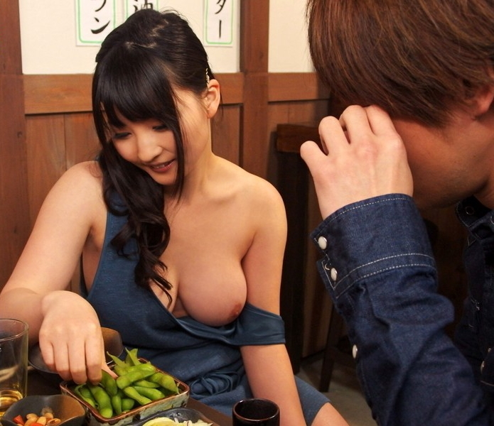 【人妻エロ】欲求不満の奥さんがチラチラ見せる神乳が勃起不可避ですwwwww・6枚目
