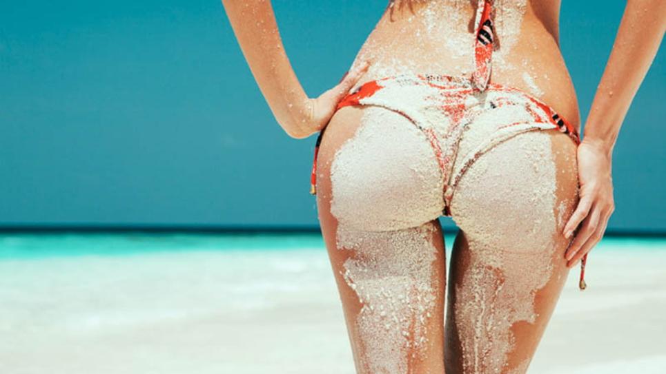 """【美尻】砂まみれの100点の""""お尻""""海をバックに撮影したら芸術やったわwwwwww・7枚目"""